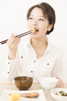 食事をする女性 11031092124| 写真素材・ストックフォト・画像・イラスト素材|アマナイメージズ