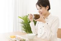 食事をする女性 11031092125| 写真素材・ストックフォト・画像・イラスト素材|アマナイメージズ