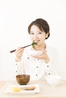 食事をする女性 11031092126| 写真素材・ストックフォト・画像・イラスト素材|アマナイメージズ