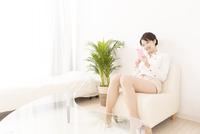 スマートフォンを操作する女性 11031092129| 写真素材・ストックフォト・画像・イラスト素材|アマナイメージズ