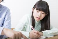 勉強を教えてもらう女の子 11031092560| 写真素材・ストックフォト・画像・イラスト素材|アマナイメージズ