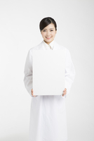 メッセージボードを持った白衣を着た女性