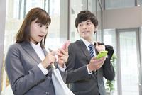 スマートフォンを見て驚くビジネスマン 11031093438| 写真素材・ストックフォト・画像・イラスト素材|アマナイメージズ