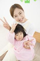 幼稚園児と先生 11031093548| 写真素材・ストックフォト・画像・イラスト素材|アマナイメージズ