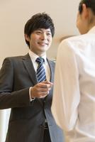 名刺交換するビジネスマン 11031093586| 写真素材・ストックフォト・画像・イラスト素材|アマナイメージズ