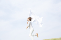 旗を持って走る女性