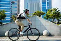 街中を自転車で走るメッセンジャー