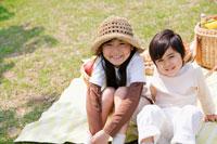 ピクニックをする姉弟
