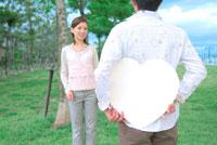 ハートのボードを持つ男性と女性 11032001786| 写真素材・ストックフォト・画像・イラスト素材|アマナイメージズ