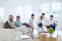 リビングでくつろぐ3世代家族 11032002075| 写真素材・ストックフォト・画像・イラスト素材|アマナイメージズ