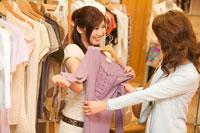 ショッピングをする母と娘