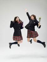 飛び跳ねる2人の日本人女子高生