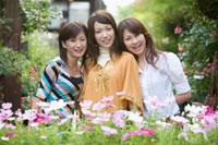 花に囲まれた20代日本人女性3人