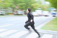 横断歩道を走るビジネスマン