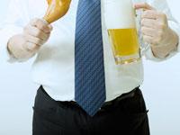 ビールとチキンを持つ男性