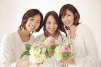 花束を持った3人の女性