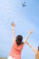 飛行機に手を振る女性2人 11032005150| 写真素材・ストックフォト・画像・イラスト素材|アマナイメージズ