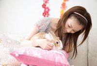 ウサギと遊ぶ女性