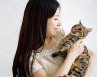 猫を抱く女性 11032006409| 写真素材・ストックフォト・画像・イラスト素材|アマナイメージズ