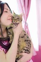 猫に頬ずりをする女性