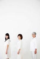 横向きの女性3世代親子 11032006575| 写真素材・ストックフォト・画像・イラスト素材|アマナイメージズ