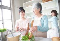 料理をする女性3世代親子 11032006639  写真素材・ストックフォト・画像・イラスト素材 アマナイメージズ