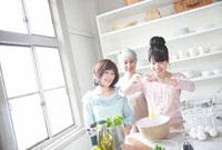 料理をする女性3世代親子