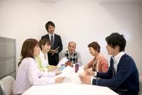 ビジネスマン達のミーティング風景