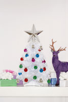Small fake Xmas tree 11034000090| 写真素材・ストックフォト・画像・イラスト素材|アマナイメージズ