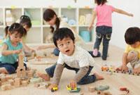 保育園で遊ぶ園児と保育士