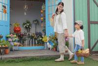 ハロウィンの季節に花屋へ買い物に来た親子