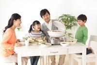 鍋に喜ぶ家族の食卓