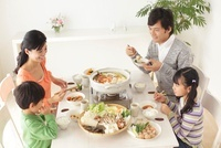 鍋を囲んだ家族の食卓