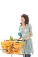 ショッピングカートで買い物をする若い女性
