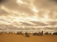 砂漠のピナクルズと空の雲