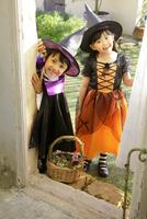 ハロウィンの仮装をして家を訪ねる子ども達