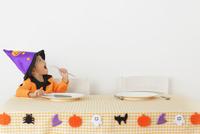 ハロウィンの仮装をして食卓に座る女の子 11038016538| 写真素材・ストックフォト・画像・イラスト素材|アマナイメージズ