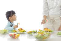 料理を作るお母さんと女の子 11038020196| 写真素材・ストックフォト・画像・イラスト素材|アマナイメージズ
