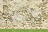 緑の芝生と造形壁の背景用素材