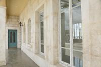 アンティークの扉と趣きのある外壁