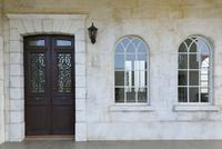 アンティークな扉と窓がある玄関まわり
