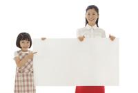 ホワイトボードを持つおかっぱの女の子とお母さん