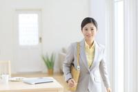 スーツを着て出勤する女性