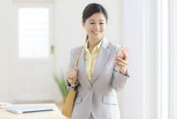 携帯を操作しながら出勤する女性