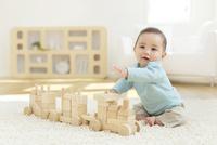 リビングで積み木で遊ぶ赤ちゃん 11038022145  写真素材・ストックフォト・画像・イラスト素材 アマナイメージズ