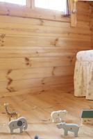 無人の子供部屋に置かれた木の玩具