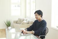 ホームオフィスで仕事をする男性 11038022621| 写真素材・ストックフォト・画像・イラスト素材|アマナイメージズ