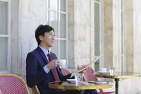 カフェで寛ぐビジネスマン 11038022972| 写真素材・ストックフォト・画像・イラスト素材|アマナイメージズ