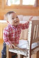 椅子につかまり立ちする赤ちゃん