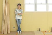 建築中の部屋に立つ笑顔の女性 11038023535| 写真素材・ストックフォト・画像・イラスト素材|アマナイメージズ